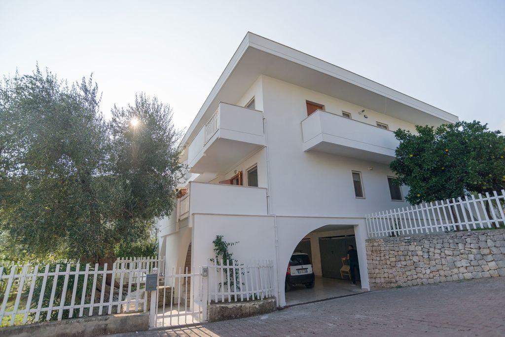 Ubicati Nella Zona Residenziale Di Mattinata, Gli Appartamenti Iris Sono In Stile  Mediterraneo E Dispongono Di Ingresso Indipendente E Alcuni Anche Di ...